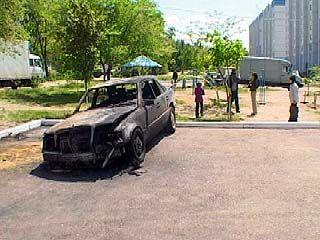 Неизвестные подожгли две иномарки, стоявщие во дворе на улице Артамонова