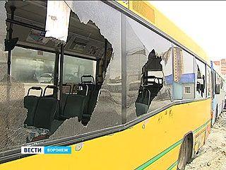 Неизвестные разбили арматурой стёкла 40 маршрутных автобусов