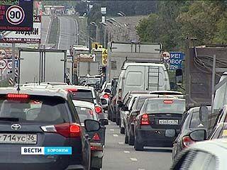 Несколько часов воронежские водители провели в огромной пробке в Юго-Западном районе