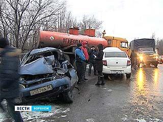 Одна из самых серьезных аварий на Лебедева - столкновение бензовоза и легковушки
