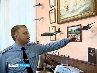 Офицер Александр Дорогожин на досуге собирает модели самолётов
