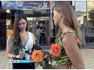 Организаторы флешмоба дарили воронежским женщинам цветы