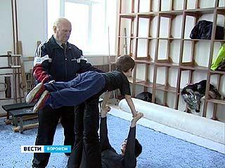 Основатель школы воронежской акробатики отметил 90-летний юбилей