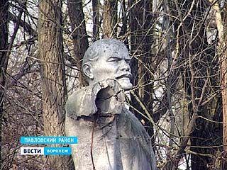 Памятник Ленину в Павловском районе встречает годовщину Октября в неподобающем виде