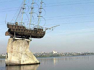 Памятник, расположенный на воде, разрушается