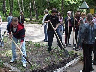"""Парк """"Динамо"""" благоустраивали представители молодежных объединений"""