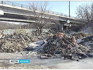 """Парк """"Динамо"""" зарастает мусором и стройматериалами"""