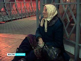 Переход у Центрального автовокзала стал пристанищем для старушки