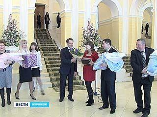 Первые 12 семей области получили сертификаты на материнский капитал