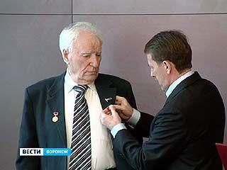 Писатель Егор Исаев получил почётный знак из рук губернатора