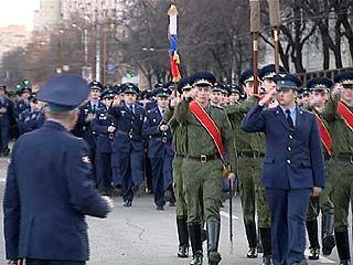 По главной площади Воронежа с оркестром. Военные оттачивают шаг - ко Дню Победы