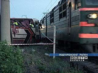 Поезд столкнулся с автобусом