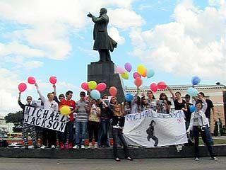 Поклонники Майкла Джексона собрались на главной площади Воронежа