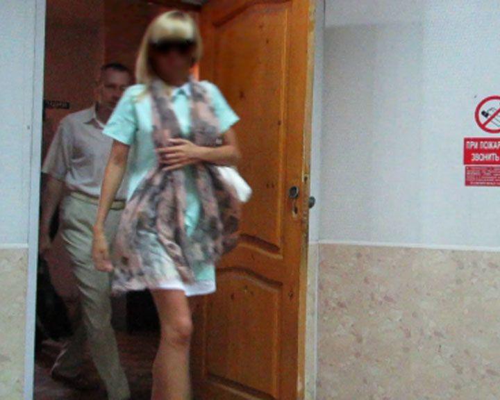 Полицейские оштрафовали блондинку, которая ногой разбила лобовое стекло воронежскому автомобилисту