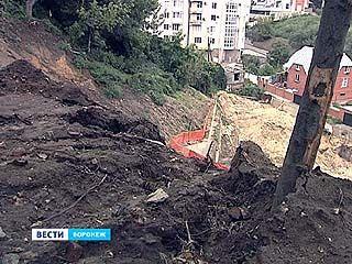 После очередного ливня возле Чернавского моста вновь начинает сползать склон
