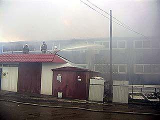 Пожар на ярмарке: на улице Холмистой загорелись торговые павильоны