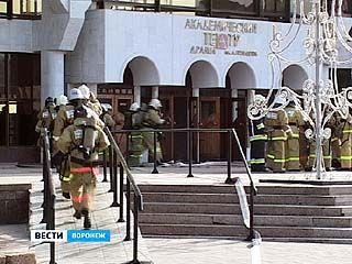 Пожарные отрабатывали навыки спасения людей в Воронежском драмтеатре