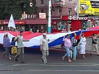 Праздничная колонна пронесла по Воронежу огромный триколор