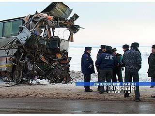 При лобовом столкновении автобуса и грузовика погибли 5 человек