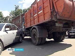 Припаркованные автомобили препятствуют вывозу мусора в Центральном районе