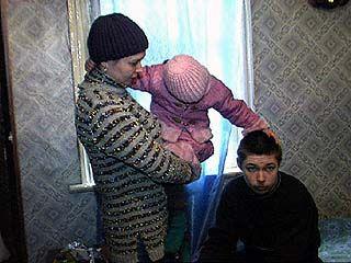 Приставы выставляют женщину с двумя детьми на улицу