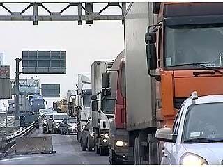 Проезд по МКАД закрывают для большегрузов-транзитников