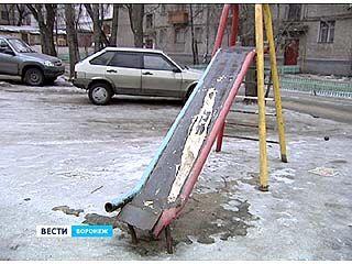 Прокуратура требует от городских властей заменить старые детские площадки