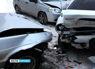 Пьяный гонщик, убегая от сотрудников ГИБДД, превратил пять машин на парковке в груду металлолома