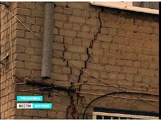 Пятиэтажный дом в одном из микрорайонов Грибановки трещит по швам