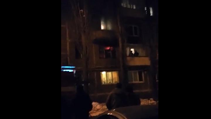 Очевидцы: В Воронеже во время пожара в многоэтажке пострадал мужчина