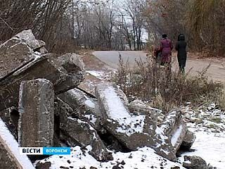 "Район парка ""Динамо"" превратился в хранилище бордюров"