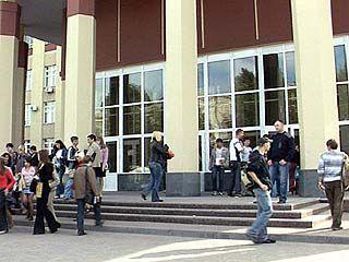Разгорается скандал вокруг студентов, работающих за рубежом