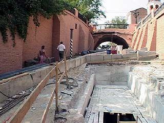Ремонт теплотрассы под каменным мостом затягивается