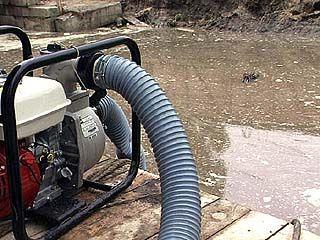 Рядом с многоэтажным домом скопились сточные воды