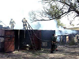 Рядом с жилыми домами загорелись сараи