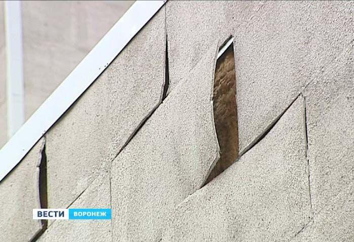 С не так давно отремонтированного здания БСМП отваливаются термопанели