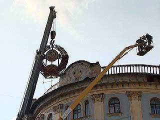 С одного из зданий на площади Ленина демонтировали герб СССР