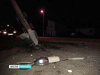 Сбитый автомобилем столб чудом не упал на жилой дом