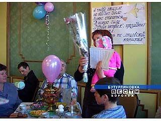 """Сертификаты на """"материнский капитал"""" вручали в Бутурлиновке"""