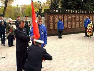 Шесть копий Знамени Победы переданы ветеранским организациям Воронежа