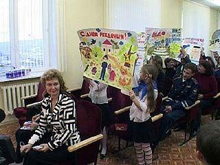 Школьники поздравили автоинспекторов с наступающим праздником
