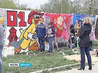 Школьники Воронежа нарисовали граффити на бетонном заборе у Памятника Славы