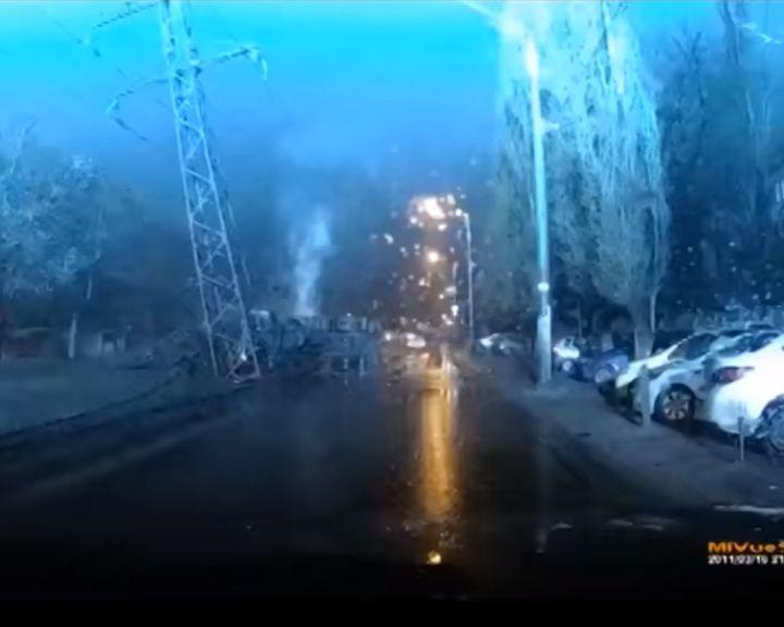 ШОК-ВИДЕО: как грузовик врезался в опору ЛЭП, оставив треть Воронежа без света