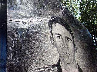 Следуя голосу свыше, женщина учинила погром на Борисоглебском кладбище