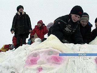 Снежными скульптурами украсили центральную площадь Лисок
