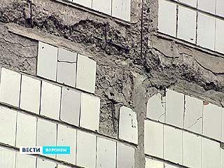 Со стены здания маленькой девочке на голову упал кусок плитки