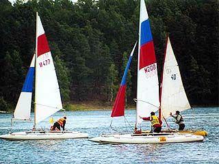 Соревнования среди яхт приурочили ко Дню ВМФ