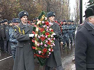 Состоялось торжественное возложение венков к памятнику сотрудникам милиции