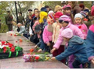 Состоялось возложение венков и цветов к мемориалу на площади Победы