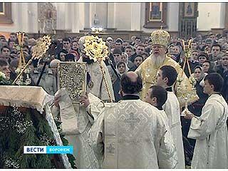Сотни воронежцев отмечали Рождество в Благовещенском кафедральном соборе
